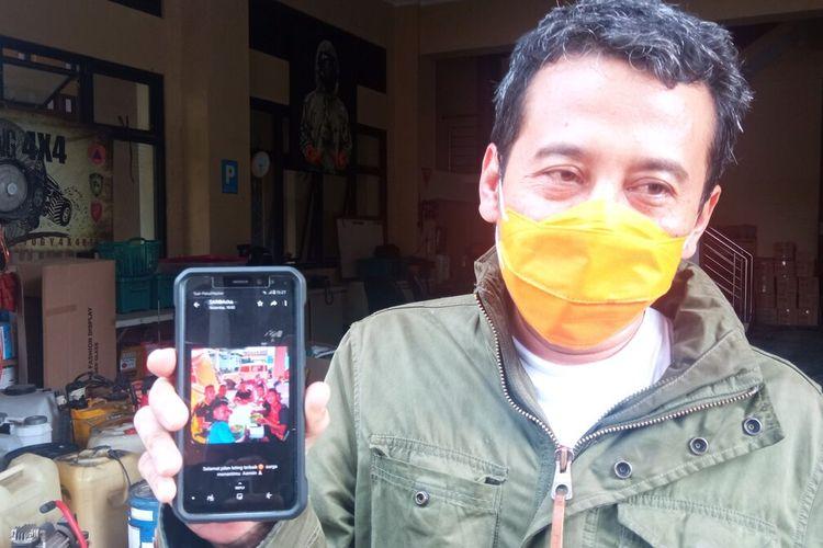 Pristiawan menunjukkan Foto saat bersama Pratu Inf. Ida Bagus Putu, Rabu (22/9/2021)