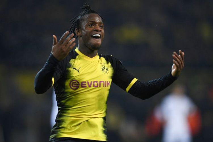 Striker Borussia Dortmund, Michy Batshuayi, merayakan golnya ke gawang Atalanta dalam laga leg pertama babak 32 besar Liga Europa di Stadion Signal Iduna Park, Dortmund, Jerman, pada 15 Februari 2018.