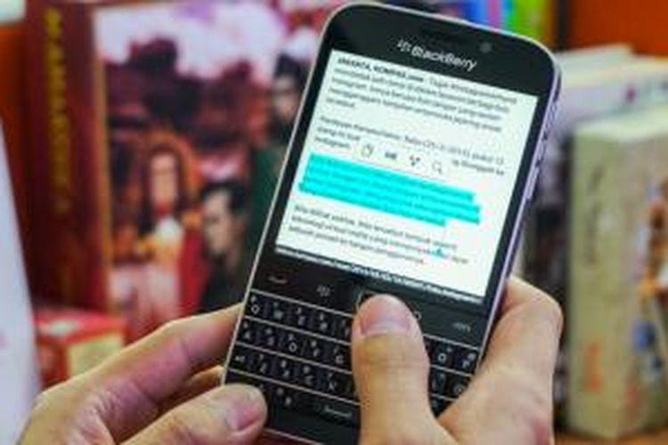 Trackpad pada BlackBerry Classic bisa dimanfaatkan untuk melakuakn aneka hal terkait fungsi navigasi, seperti menyeleksi teks (dengan menahan tombol shift). Tapi kebanyakan fungsi pada sistem operasi BlackBerry OS 10 lebih nyaman dijalankan memakai touchscreen karena memang dirancang untuk layar sentuh