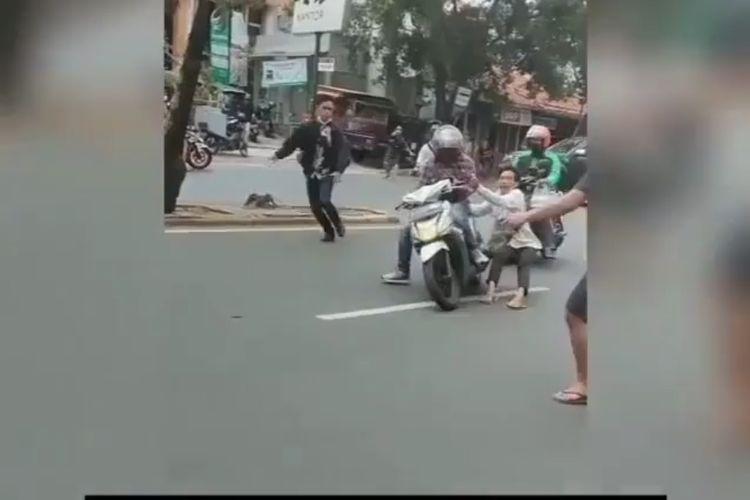 Video yang menunjukkan perampasan motor milik seorang sopir ojol oleh satu orang debtcollector di Jalan Meruya Ilir, Kebon Jeruk, Jakarta Barat, viral di media sosial. Peristiwa terjadi pada Senin (6/9/2021).