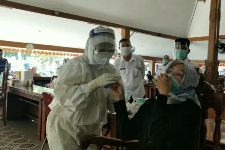 Bupati dan seluruh pejabat Pemkab Probolinggo menjalani tesvswab massal.