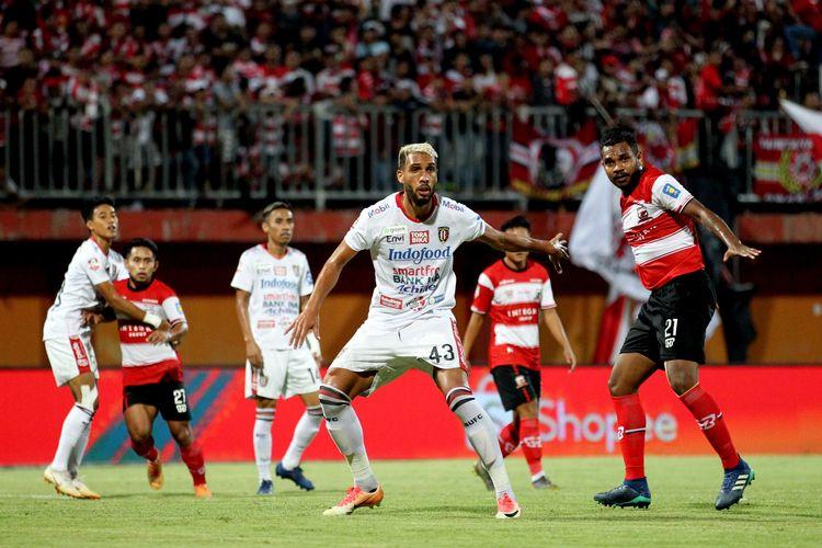 Pemain Madura United Fandri Imbiri dijaga ketat dengan pemain Bali United Willian Pacheco saat Pekan 15 Liga 2019 yang berakhir dengan skor 0-1 di Stadion Gelora Madura Rate Pamelingan Pamekasan, Jawa Timur, Selasa (20/08/2019) malam.