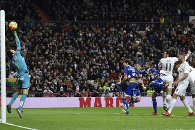 Penyerang Real Madrid, Gareth Bale (3 dari kanan), mencetak gol ke gawang Deportivo La Coruna pada pertandingan La Liga di Santiago Bernabeu, Sabtu (9/1/2016).