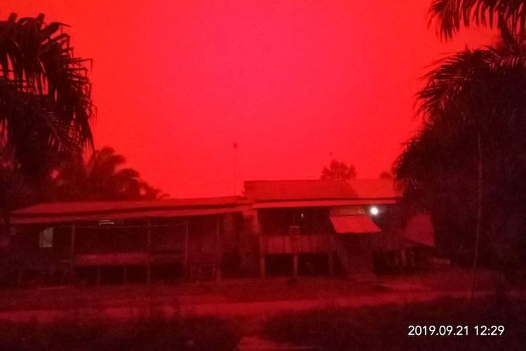 Kondisi Muaro Jambi berwarna merah pada siang hari.
