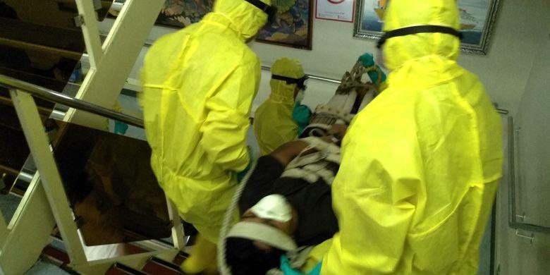 Pasien suspect virus corona dibawa turun dari kapal menuju ruang isolasi di Terminal Penumpang Bandar Deli menggunakan kapsul negative room dalam simulasi penanganan virus corona yang digelar pada Senin sore tadi (3/2/2020).