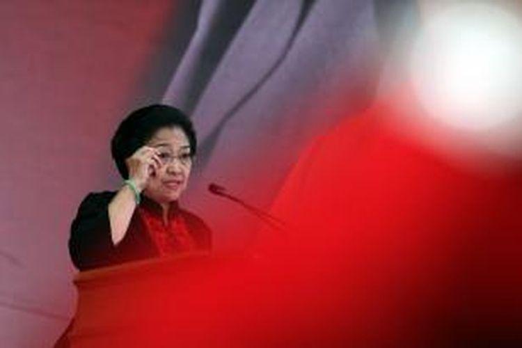 Ketua Umum Partai Demokrasi Indonesia Perjuangan Megawati Soekarnoputri menyampaikan pidato politiknya dalam acara pembukaan Rakernas III PDIP di Ancol, Jakarta, Jumat (6/9/2013). Rakernas yang dihadiri 1.330 fungsionaris dan kader PDIP seluruh Indonesia tersebut akan berlangsung pada 6-8 September 2013.