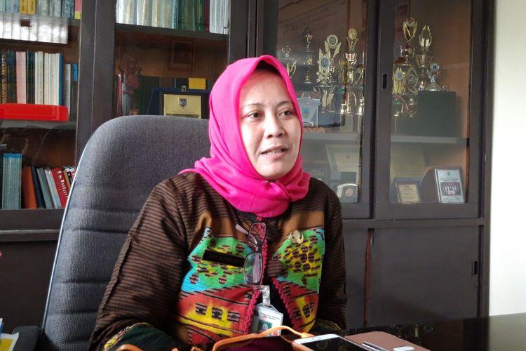 Lurah Cipinang Besar Selatan, Sri Sundari di kantornya, Kamis (18/10/2018)