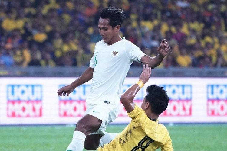 Hendro Siswanto (kiri) berduel dengan Muhamad Nor Azam (kanan) pada laga Malaysia Vs Indonesia dalam lanjutan Kualifikasi Piala Dunia 2022 Grup G di Stadion Nasional Bukit Jalil, Selasa, 19 November 2019.