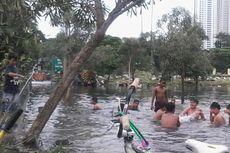 Genangan di TPU Karet Bivak Pun Jadi Tempat Memancing dan Berenang...