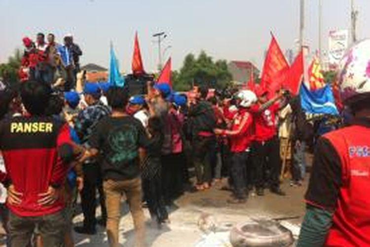 Massa membakar ban di depan Gedung DPR, Jalan Gatot Subroto, Jakarta Pusat (25/9/2014)