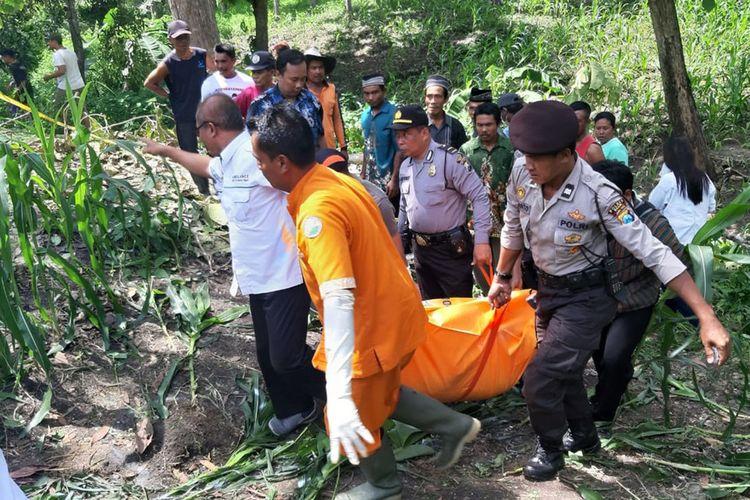 Warga Desa Banjarbanggi Kabupaten Ngawi  digegerkan dengan temuan mayat perempuan tanpa busana di kebun jagung di petak 51 RPH Sidowayah BKPH Kedunggalar.