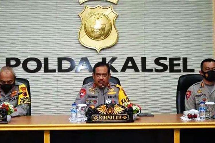 Kapolda Kalsel, Irjen Rikhwanto (tengah) memberikan pengarahan kepada 100 personil Brimob Polda Kalsel yang akan diberangkatkan ke Papua, Selasa (9/3/2021).