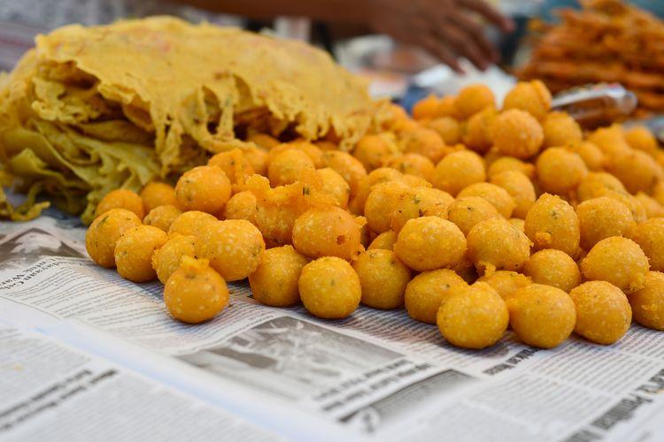 Ilustrasi sala lauak, gorengan ikan teri khas Padang Pariaman.