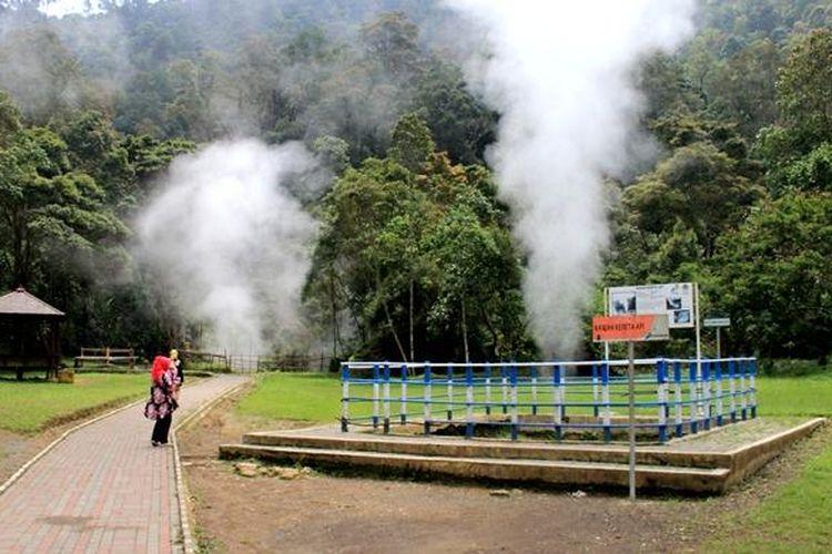 Wisatawan melewati sisi Kawah Kereta yang termasuk di area Taman Wisata Alam Kawah Kamojang, Desa Laksana, Kecamatan Ibun, Kabupaten Bandung, Jawa Barat, Jumat (30/9/2016). Di Kawah Kereta, wisatawan bisa mendengar suara kawah seperti bunyi kereta api.