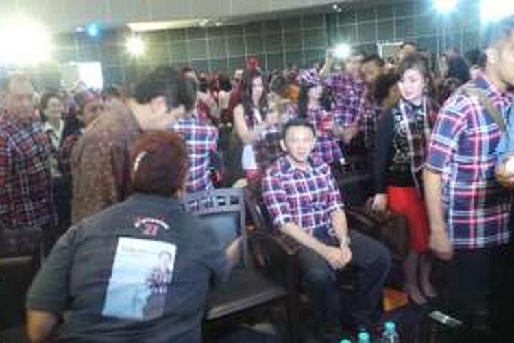 Calon gubernur DKI Jakarta Basuki Tjahaja Purnama (pakai baju kotak-kotak) di acara bedah buku