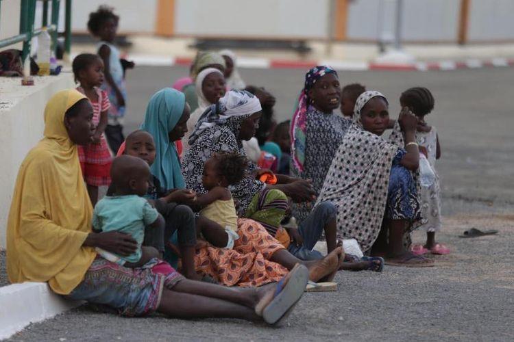Para migran yang akan dipulangkan ke negaranya terlihat di sebuah pusat penampungan pengungsi sementara.