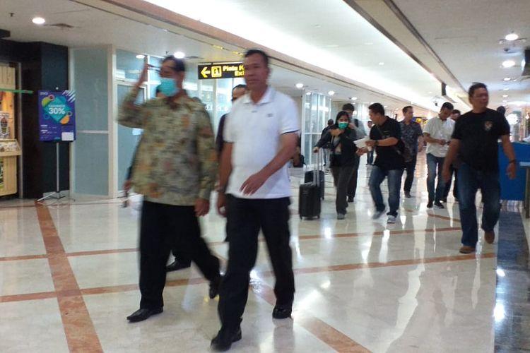 Rombongan KPK beserta pejabat yang terciduk OTT di Surabaya, Jawa Timur, sebelum bertolak ke Jakarta dari Terminal 1 Bandara Juanda Surabaya, Jumat (15/3/2019).
