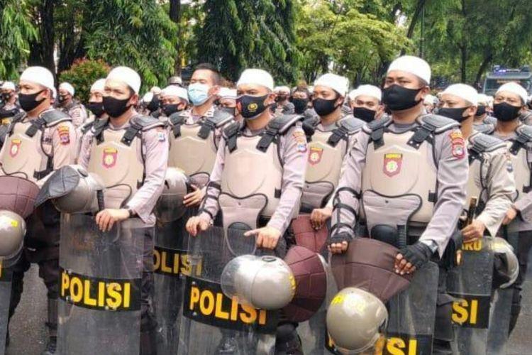 Ratusan petugas kepolisian menggelar sholawat di depan Gedung DPRD Kalsel sambil menunggu massa mahasiswa tiba, Kamis (15/10/2020).