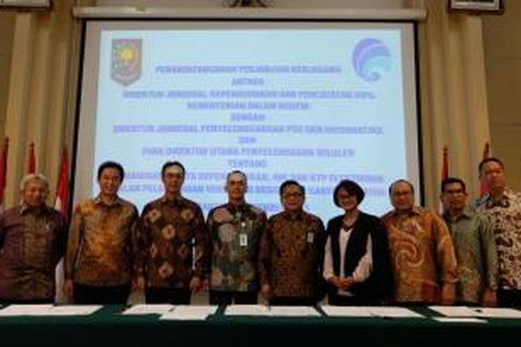 Direktur penyelenggara seluler XL Axiata, Hutchinson Tri, Smartfren, Bakrie Telecom dan PANDI, berfoto bersama Dirjen Kemendagri, Dukcapil, dan Kemenkominfo dalam acara penandatanganan kerja sama pemanfaatan NIK sebagai verifikasi registrasi kartu prabayar di Jakarta, Jumat (18/12/2015).
