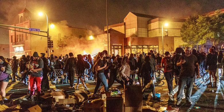 Demonstrasi Tewasnya George Floyd, Massa Terbagi k