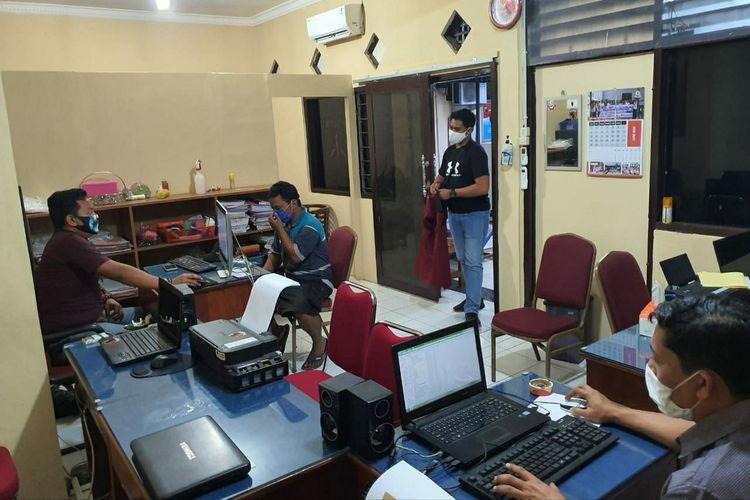 Polisi memeriksa tersangka penyebar hoaks penampakan pocong di Kabupaten Purbalingga, Jawa Tengah.