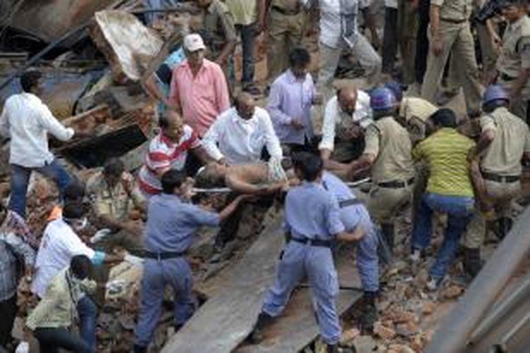 Tim penyelamat mengeluarkan seorang korban hotel runtuh di kota Secunderabad, Andhra Pradesh, India. Insiden ini menewaskan 13 orang dan melukai 17 orang lainnya.