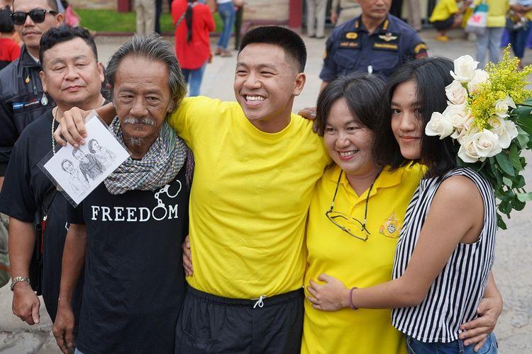 Aktivis anti-junta Thailand, Jatupat Boonpatararaksa (tengah) disambut oleh keluarganya, setelah dibebaskan dari penjara provinsi Khon Kaen, Jumat (10/5/2019).