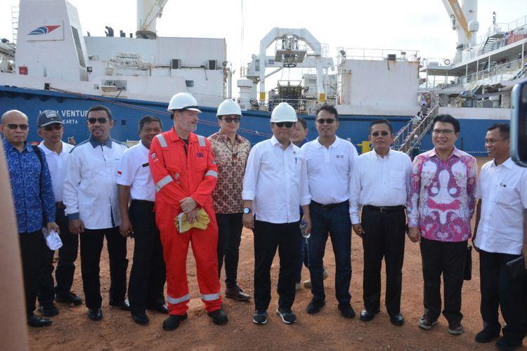 (tengah) Menkominfo Rudiantara dalam acara peresmian pemasangan kabel serat optik bawah laut Palapa Ring Barat di Batam, Minggu (6/8/2017).