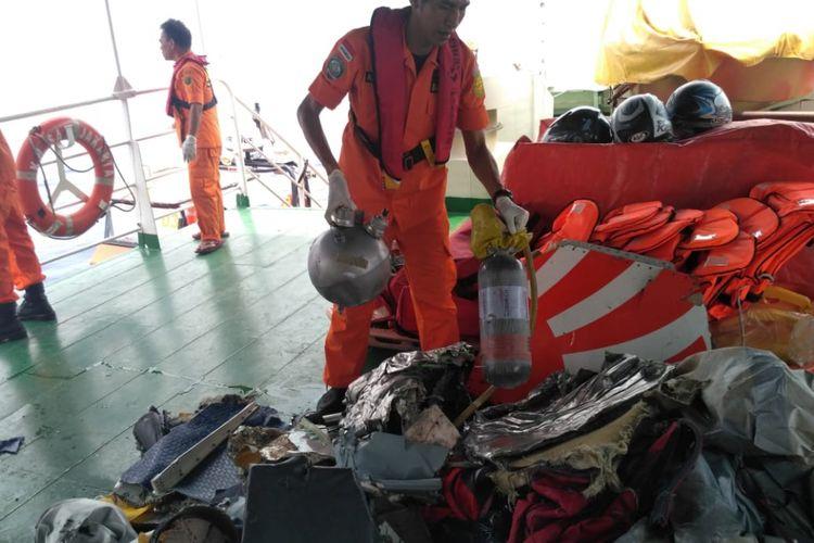 Tim Basarnas terus melakukan pencarian dan evakuasi korban Pesawat Lion Air JT-160 rute Jakarta-Pangkal Pinang yang jatuh di perairan Tanjung Karawang, Jawa Barat, Senin (29/10/2018) pagi. Sejumlah benda yang ditemukan di perairan Teluk Karawang antara lain puing-puing badan kapal, potongan tubuh korban hinga unit ponsel.