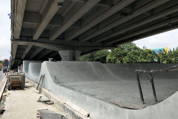 Area bermain skate board di Skate Park, kolong flyover Pasar Rebo, Jakarta Timur, yang sedang dibangun, Jumat (1/11/2019).