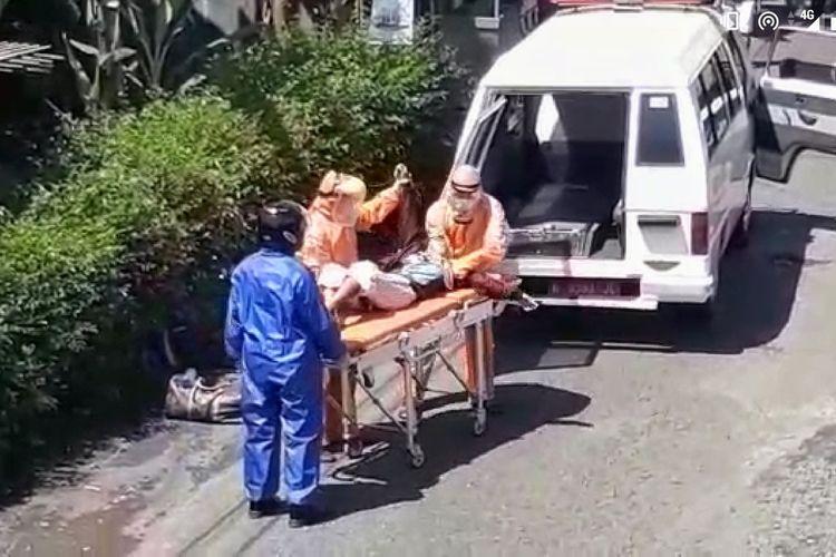 Seorang penumpang wanita berinisial YT (57) asal Desa Sumingkir, Kecamatan Kutasari, Purbalingga, Jawa Tengah diturunkan di tepi jalan setelah mengalami gejala sesak nafas, Minggu (26/4/2020).