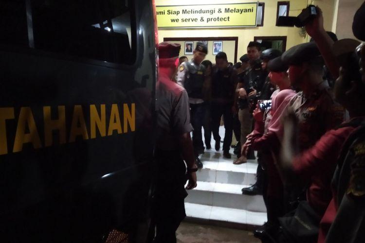 Seorang napi yang kabur berhasil ditangkap aparat kepolisian dan digiring ke mobil tahanan untuk dikembalikan ke LP Kelas II A Lambaro Aceh Besar pada Jumat (30/11/2018) dini hari.