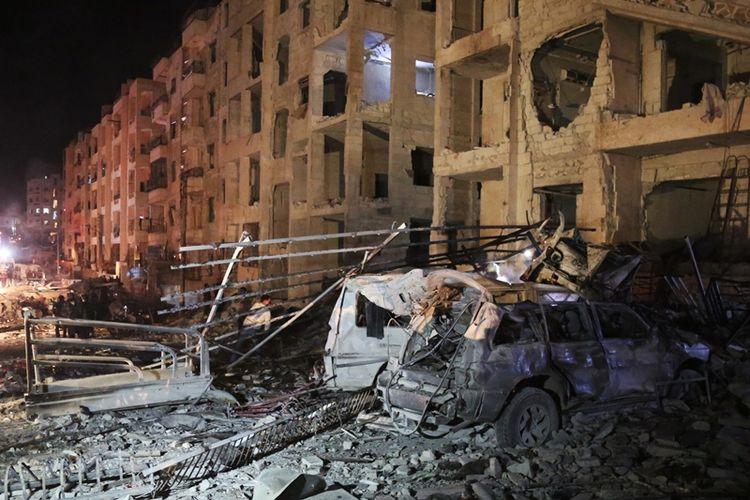 Kerusakan bangunan akibat ledakan di markas pemberontak, di Idlib, Suriah, Minggu (7/1/2018). (AFP/Zein Al Rifai)