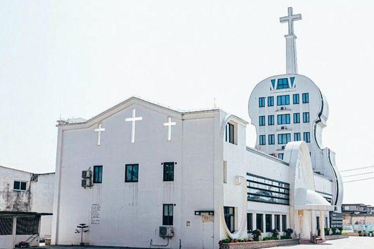 Bangunan dalam daftar sementara Bangunan paling jelek di China antara lain gereja berbentuk biola.