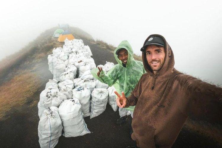 Foto Instagram Benjamin saat mengangkut sampah di Gunung Rinjani.