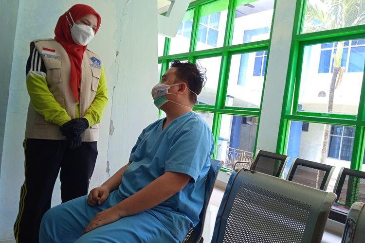 Rendy Kurniawan (26) perawat Puskesmas Kedaton yang dipukuli tiga orang tak dikenal akibat mempertahankan tabung oksigen yang ingin diambil paksa.