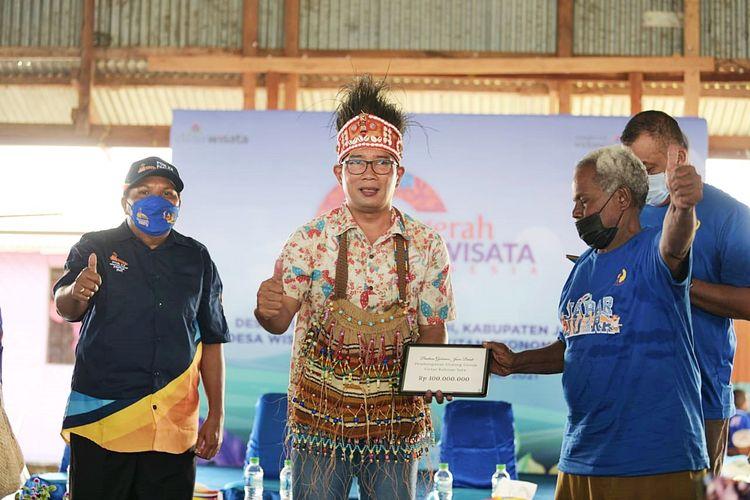 Gubernur Jawa Barat Ridwan Kamil saat berkunjung ke Kampung Wisata Yoboi, Sentani, Jayapura, Provinsi Papua, Minggu (3/10/2021).