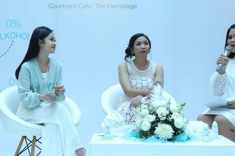 Dr. Melyawati Hermawan, SpKK dan Senior Brand Manager Dove Deodorant  Anggya Kumala pada acara media gathering Dove Sensitive Deodorant di kawasan Menteng, Jakarta Pusat, Kamis (11/7/2019).