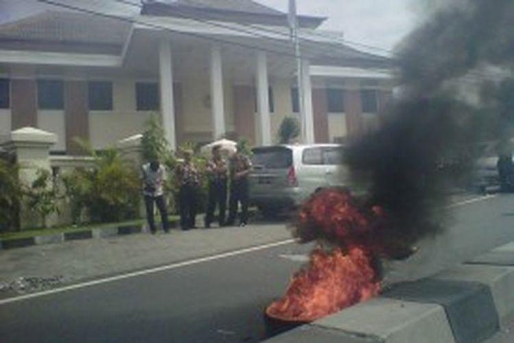 Aksi bakar ban warnai jalanya persidangan 12 terdakwa anggota Kopassus kandang menjangan kartosura