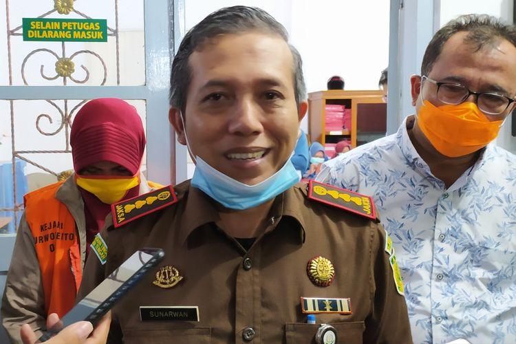 Kajari Purwokerto Sunarwan memberikan keterangan kepada wartawan di Kantor Kejari Purwokerto, Kabupaten Banyumas, Jawa Tengah, Rabu (30/9/2020) malam.
