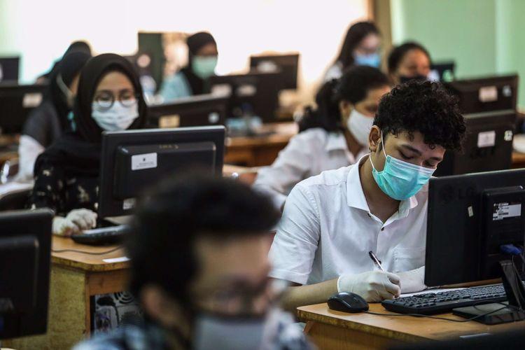 Peserta mengikuti ujian tulis berbasis komputer (UTBK) di SMA Negeri 3 Jakarta Selatan, Setiabudi, Selasa (7/7/2020). UNJ sebagai salah satu Pusat UTBK Perguruan Tinggi Negeri (PTN) menyelenggarakan ujian dalam dua tahap yakni pada tanggal 5-12 Juli 2020 dan 20-27 Juli 2020 dengan jumlah total peserta sebanyak 42.463 orang dengan protokol kesehatan pencegahan penularan Covid-19.