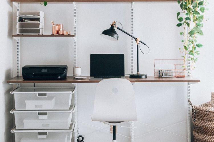 Meja kerja minimalis dengan rak susun dinding, karya Latisha Springer