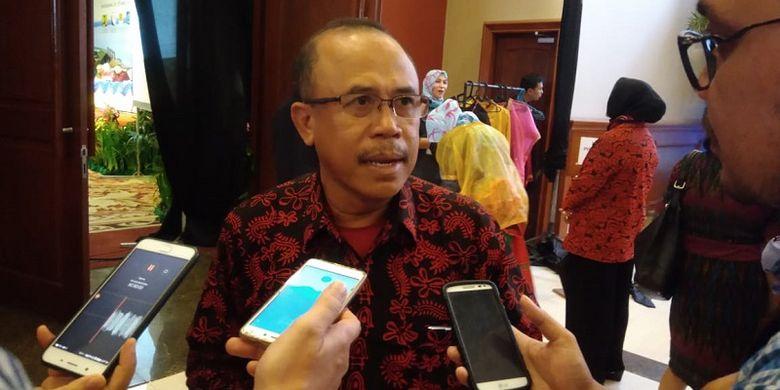 Kepala Balai Wilayah Sungai (BWS) NT1 atau Nusa Tenggara Barat Asdin Julaidy sedang memberikan keterangan kepada wartawan di sela-sela Seminar Bendungan Besar Nasional di Lombok, Mataram, Nusa Tenggara Barat (NTB), Sabtu (25/5/2018).