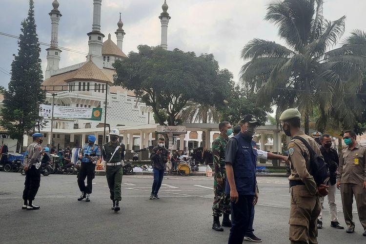 Plt Wali Kota Tasikmalaya Muhammad Yusuf, memarahi petugas Satpol PP yang malah mengobrol di pinggir jalan bukannya menjaga penyekatan batas jalan saat pemberlakuan masa PPKM di Jalan HZ Taman Kota Tasikmalaya, Sabtu (8/5/2021).
