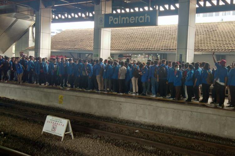 Ratusan mahasiswa memenuhi Stasiun Palmerah, Selasa (24/9/2019).