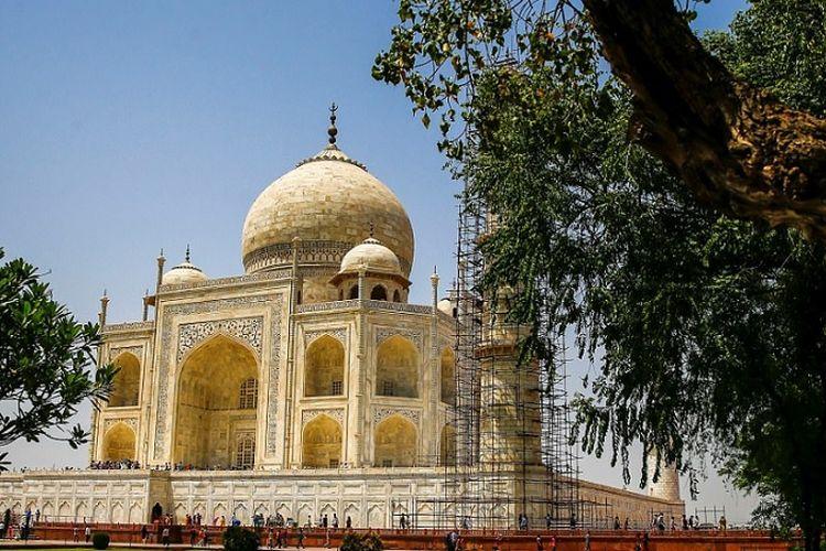Taj Mahal berubah warna karena polusi di India.