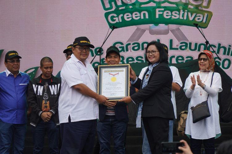Direktur Utama PT Jasamarga Rest Area Batang (JRB) Irwan Artigyo Sumadio menerima piagam rekor Rest Area dengan fasilitas terlengkap di Indonesia dari Executive Manager MURI Sri Widayati, disaksikan Direktur Utama PT Jasa Marga (Persero) Tbk Desi Arryani, di Batang, Sabtu (7/12/2019).