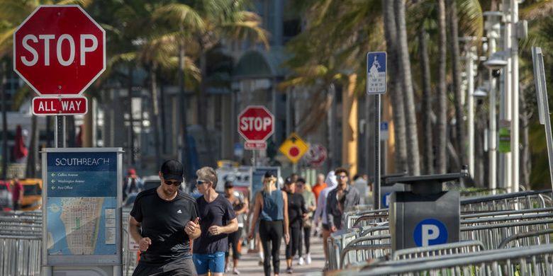 Turis masih berjalan di sepanjang jalan menuju pantai di Miami Beach di South Beach, Florida, AS, 19 Maret 2020.  EPA-EFE/CRISTOBAL HERRERA