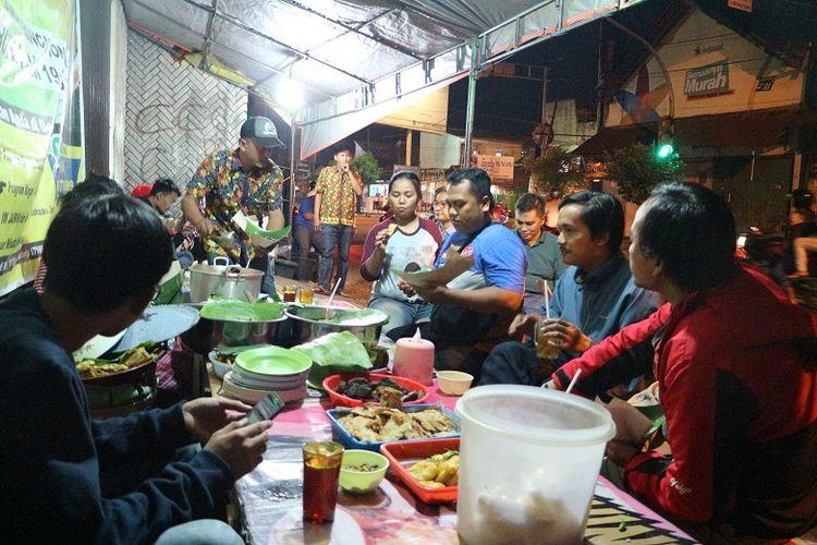 Pembeli duduk di Warung Nasi Liwet Mbok Mami Mbak Kus di Jalan Dr. Rajiman, Laweyan, Solo, Jawa Tengah. Nasi liwet di Solo bisa ditemukan di beberapa daerah seperti Keprabon, Pasar Kliwon, Keraton Mangkunegaraan, dan juga di Laweyan.