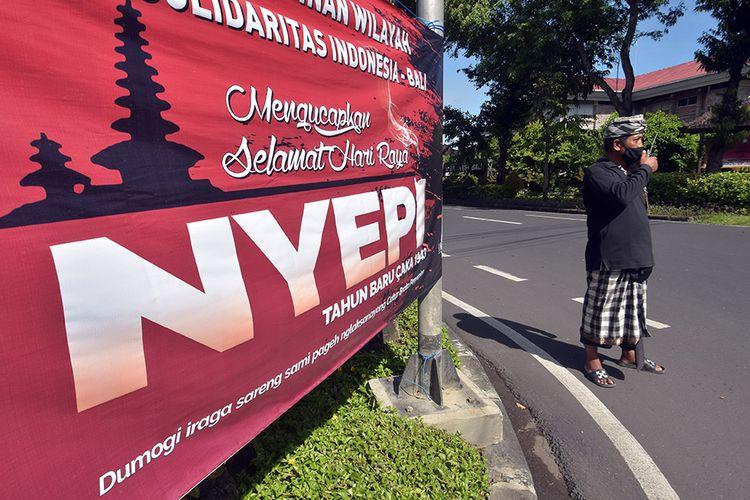 Pecalang atau petugas pengamanan adat Bali memantau situasi saat Hari Raya Nyepi Tahun Saka 1943 di wilayah Desa Sumerta Kelod, Denpasar, Bali, Minggu (14/3/2021). Pengamanan tersebut untuk menjamin keamanan dan kelancaran umat Hindu dalam menjalani 'catur brata penyepian' dengan tidak bekerja (amati karya), tidak bepergian (amati lelungan), tidak menyalakan api (amati geni) dan tidak bersenang-senang (amati lelanguan) selama 24 jam.